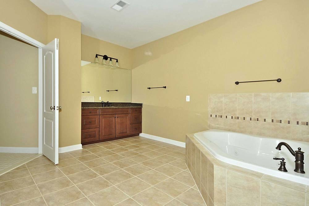 Cambridge-lb13-(Upper-Level-Bathroom)
